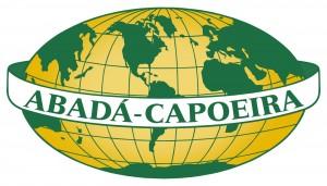 """Logo von ABADA-Capoeira. Um einen Globus legt sich ein Band, das den Schriftzug """"Abadá Capoeira"""" zeigt. Im Zentrum des Globus liegt Südamerika. Die Farben sind gelb und grün, zwei Farben der brasilianischen Flagge."""