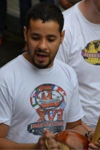 Der Haupt-Trainer von Capoeira Karlsruhe Instrutor Cao spielt das brasilianische Musikinstrument Bermibau.