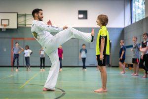 Der Trainer Instrutor Cao im Capoeira-Spiel mit einem Schüler
